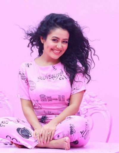 pretty-cute-smiling-pics-of-neha-kakkar